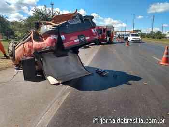 Carro capota em Sobradinho e deixa motorista em estado grave - JBr. - Jornal de Brasília