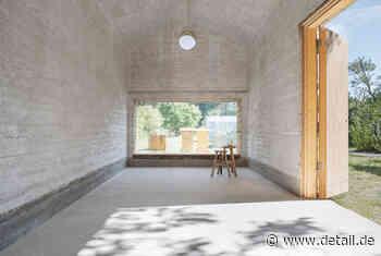 Neu gebaut und aufgestockt: Stampflehmhaus und Dachausbau in Falkensee - DETAIL.de - das Architektur und Bau-Portal