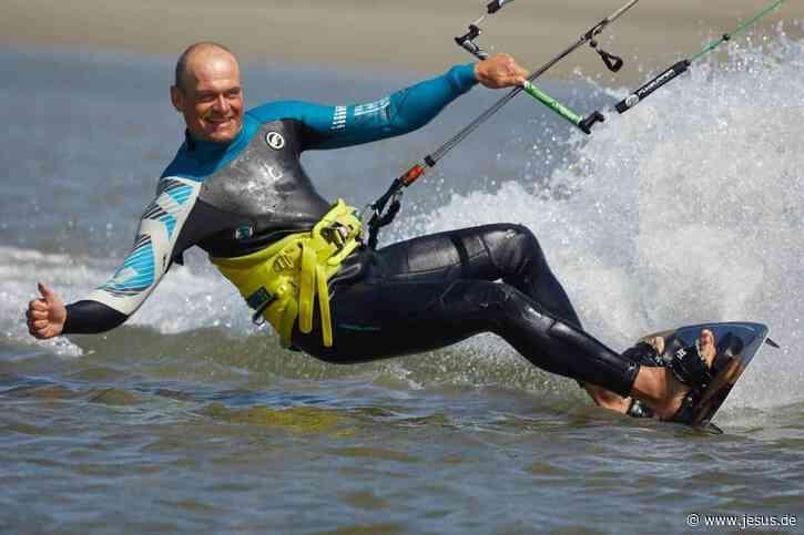 Kitepastor Erik Neumann lobt Gott beim Wellenreiten