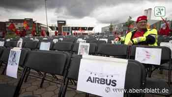Hamburg: 2000 Stühle mit Fotos: Protest gegen Stellenabbau bei Airbus