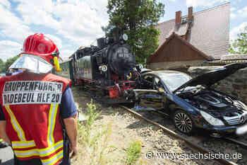 Schmalspurbahn schleift in Radebeul Auto mit - Sächsische Zeitung