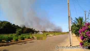 VILHENA: Terreno pega fogo e deixa residências da cidade tomadas por fuligem - Rondoniaovivo