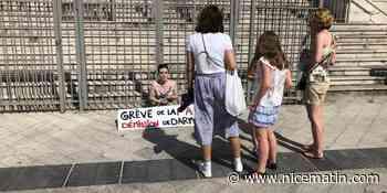 Victoire, 23 ans, devant le palais de justice pour dénoncer la nomination de Gérald Darmanin