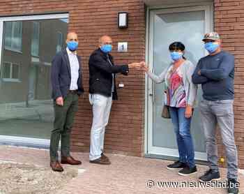Nieuwe bewoners sociale woningen krijgen huissleutels - Het Nieuwsblad