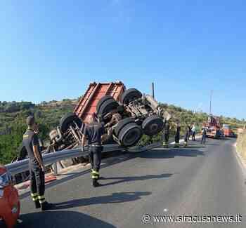 Incidente autonomo, camion si ribalta sulla Sp25 Floridia-Belvedere - Siracusa News