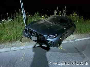 Staufen AG – 21-Jähriger mit 500 PS starkem Mercedes verunfallt - Polizei Schweiz