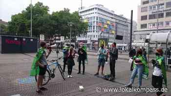 Brauchen wir eine Tiefgarage unter dem Konrad-Adenauer-Platz?: Fridays for Future demonstriert gegen Fällung von 40 Platanen - Lokalkompass.de