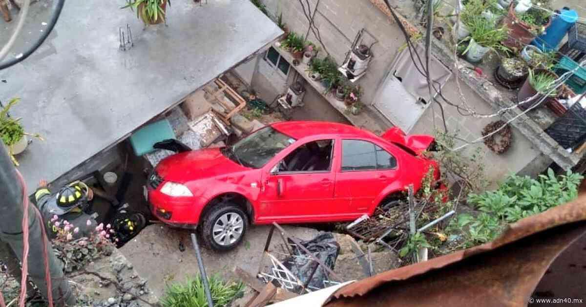 Un auto cae sobre dos casas y otro más a un barranco en Cuajimalpa - ADN 40