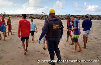 Prefeitura de Olinda tira mais de 50 banhistas da Praia do Quartel - Diário de Pernambuco