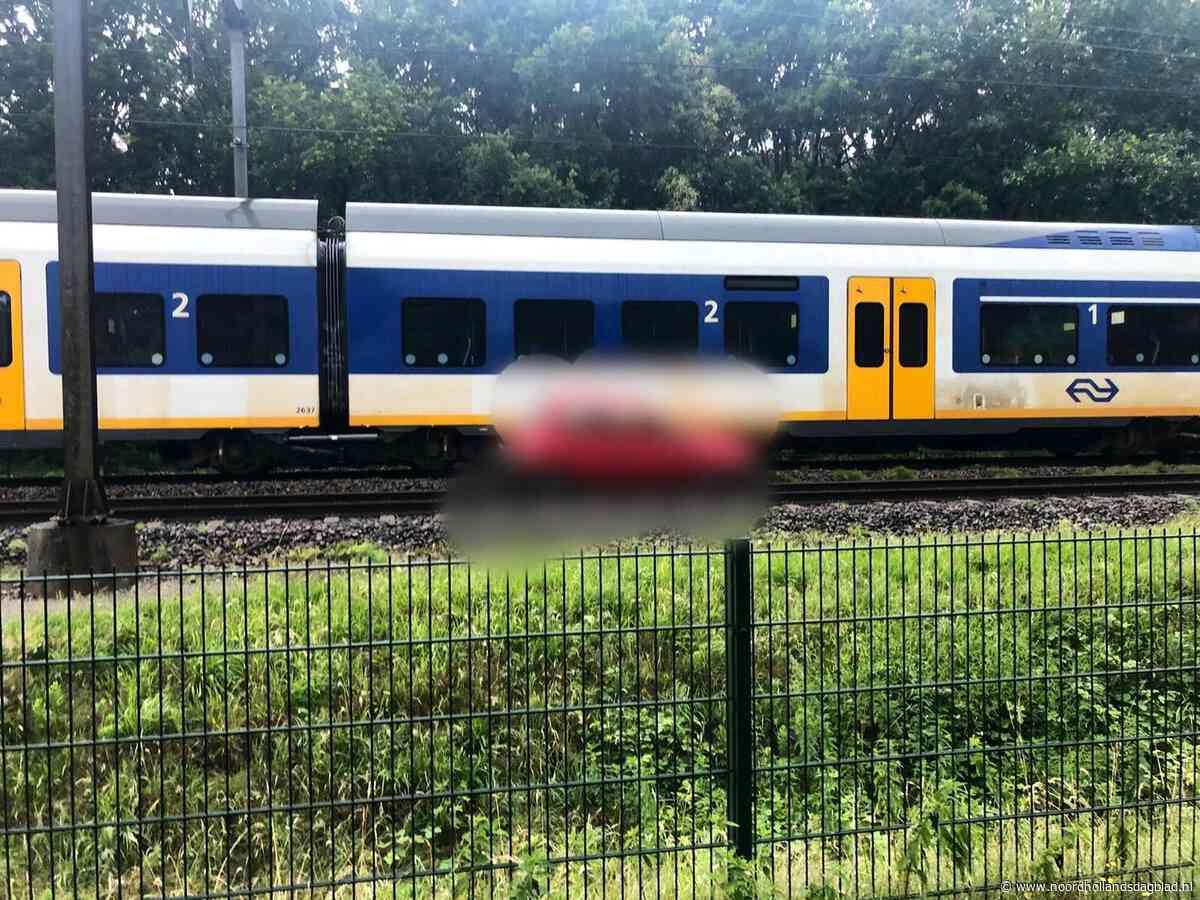 Trein sleept 'geparkeerde' auto een eindje mee, bestuurder spoorloos - Noordhollands Dagblad