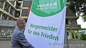 """Für eine Welt ohne Atomwaffen: Simmerns Stadtchef Boos hisst die Flagge der """"Bürgermeister für den Frieden"""" - Rhein-Zeitung"""