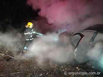 Veículo é encontrado incendiado na rua Cristalina, no Dom Joaquim - O Munícipio