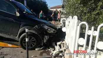 Sterza in extremis per evitare l'incidente: la sua auto finisce contro una casa - AnconaToday