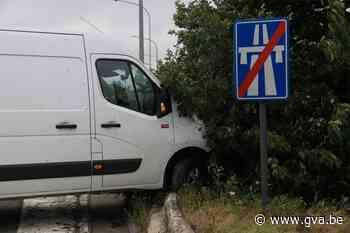 Koerier verliest controle over stuur op klaverblad en belandt in berm - Gazet van Antwerpen