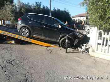 Osimo, con l'auto abbatte la recinzione di una casa e finisce nel giardino - Centropagina