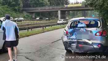 Auffahrunfall auf Autobahn-Parkplatz - zwei Personen verletzt