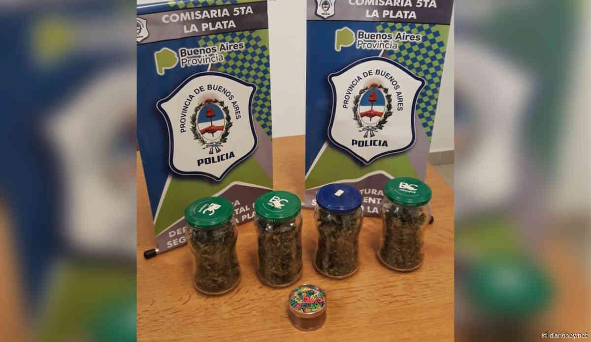 Caminaba por Plaza Sarmiento con casi un kilo de marihuana - Diario Hoy