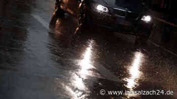 Garching an der-Alz: Unfall auf B299 im Harter Holz - Auto prallt im Starkregen gegen Baum - innsalzach24.de