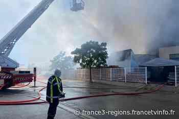 Gard : un hangar de 4000m² part en fumée à Aigues-Mortes - France 3 Régions