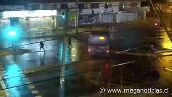 """Conductor vive """"noche de furia"""" en La Pintana: Embiste su bus contra pasajeros y destroza semáforo - Meganoticias"""