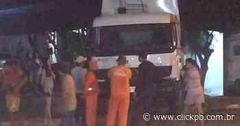 Carro de lixo desgovernado desce ladeira e atinge residência em Patos - ClickPB