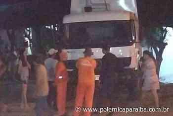 ACIDENTE: Carro de lixo desgovernado desce ladeira e atinge residência em Patos - Polêmica Paraíba - Polêmica Paraíba