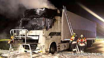 Lastwagen fängt auf B15 Feuer - Großeinsatz der Feuerwehr
