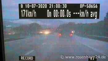 Raser brettert im Gewitter mit 171 km/h über Autobahn - Blitzeinschlag auf Pferdehof, Tier tot