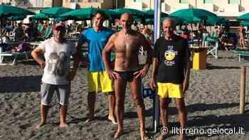 A nuoto da Marina di Cecina al faro di Vada: «A 65 anni è una sfida che tento con orgoglio» - Il Tirreno