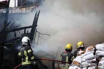 VÍDEO: churrasco provoca incêndio em empresa que vende lenhas em Porto Alegre - GauchaZH