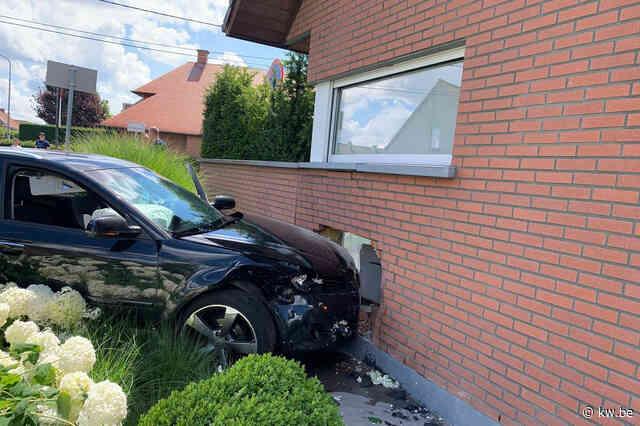Auto knalt in gevel woning na botsing op kruispunt in Heule, buren zijn ongevallen beu
