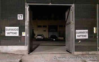 """""""Guarascio vattene"""", cartelli affissi fuori dalla sede del Cosenza - Cosenza Channel"""