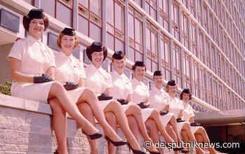 Lächelnd im Minirock: Zeitreise durch die Mode der Flugbegleiterinnen - Sputnik Deutschland