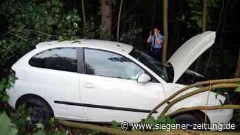 Fahrerin verletzt: Schleuderpartie endet zwischen Bäumen - Siegen - Siegener Zeitung