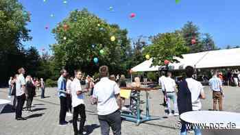 """Oberschule Twist: """"Abschluss mit Abstand"""" und 62 Luftballons - noz.de - Neue Osnabrücker Zeitung"""