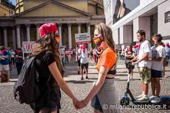 Sentinelli e Sentinelle in piedi: a Milano presidi contrapposti per la legge contro l'omotransfobia - La Repubblica