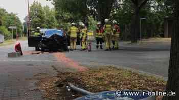 Autounfall: 82-Jähriger fährt in Finsterwalde mit Pkw gegen Baum - Lausitzer Rundschau