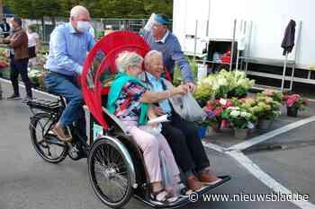 Vrijwilligers nemen senioren mee met riksja