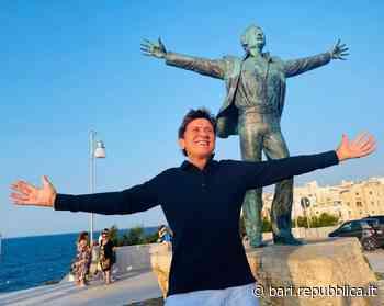 Gianni Morandi come Domenico Modugno: a Polignano l'omaggio a Mister Volare - La Repubblica