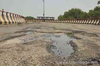 Potholes on road leading to Golden Temple - The Tribune India