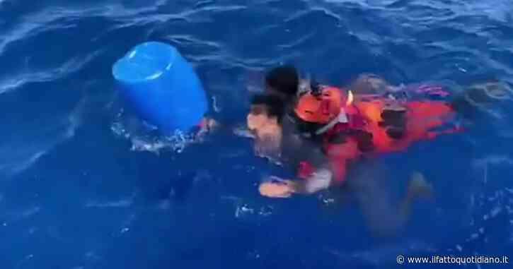 Migranti, soccorse 17 persone al largo di Lampedusa: nelle immagini della Guardia costiera il salvataggio di due ragazzi in mare