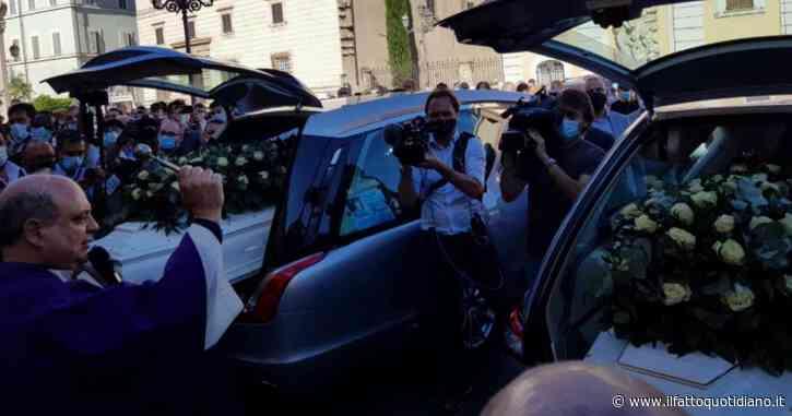 """Ragazzi morti a Terni, in centinaia ai funerali applaudono i feretri. Il parroco: """"Loro innocenza reclama giustizia, cessi questa strage silenziosa"""""""