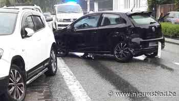Twee gewonden en vier beschadigde auto's na zware botsing - Het Nieuwsblad