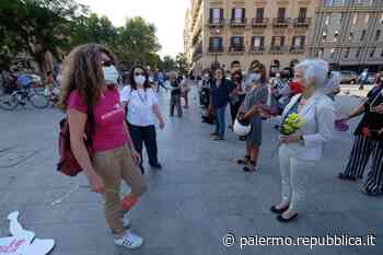 Palermo, un fiore per le donne vittime di femminicidio - La Repubblica