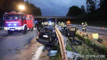 A95/Penzberg: Horror-Szenario! Fahrer platzt Reifen bei hohem Tempo - Auto prallt gegen Leitplanke - merkur.de