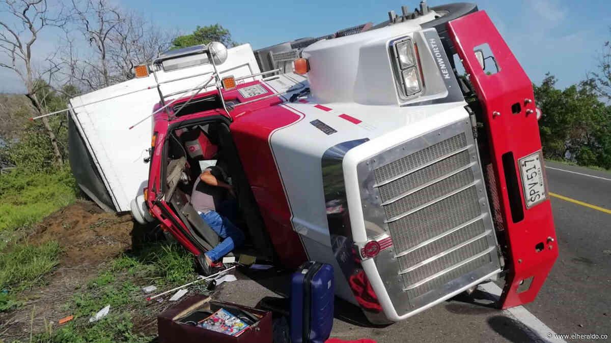 Camión se volcó en la Troncal del Caribe y esta vez nadie lo saqueó - EL HERALDO