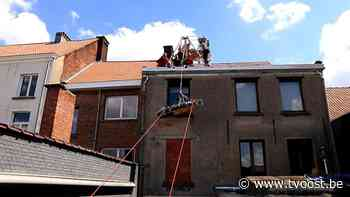 Hulpdiensten redden vrouw die op dak ligt in Sint-Niklaas - TV Oost