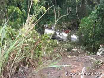 Tractomula con sustancia química se volcó en quebrada de Sasaima, Cundinamarca - RCN Radio