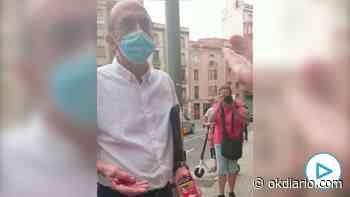 Los vecinos increpan al alcalde de Lérida mientras la edil de Salud se quita la mascarilla para fumar - OKDIARIO
