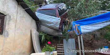 Camioneta casi cae sobre vivienda en Santa Anita; chofer huye de la escena - El Imparcial de Oaxaca